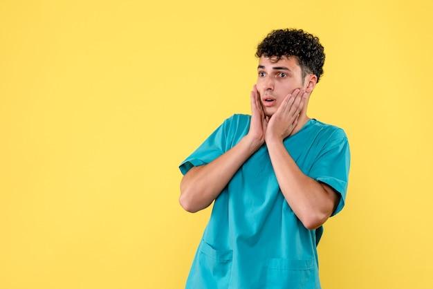 Vooraanzicht een dokter de dokter is verbaasd dat de quarantaine weer is begonnen