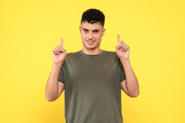 Vooraanzicht een man de glimlachende man houdt zijn vingers omhoog en kijkt vooruit