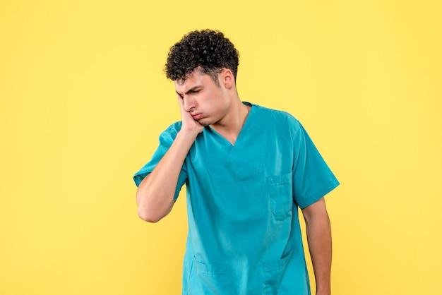 Vooraanzicht een specialist, de dokter zegt een ambulance te bellen als u kiespijn heeft