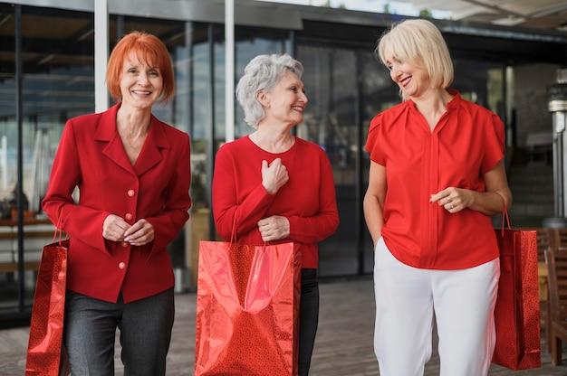 Vooraanzicht elegante oudere vrouwen