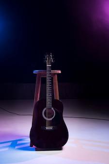 Vooraanzicht elektrisch-akoestische gitaar op het podium