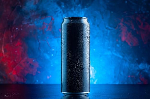 Vooraanzicht energiedrank in blikje op blauwe drank alcohol duisternis