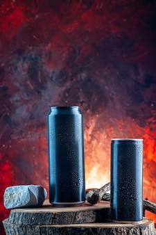 Vooraanzicht energiedrank in blikjes op rode drank alcohol duisternis
