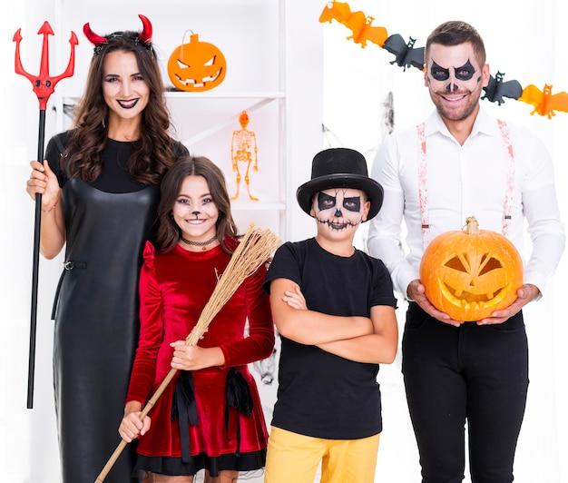 Vooraanzicht familie poseren voor halloween