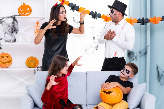 Vooraanzicht familie verzameld voor halloween