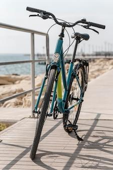 Vooraanzicht fiets op de weg