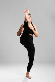 Vooraanzicht fit vrouw in gevechts positie