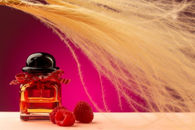 Vooraanzicht framboos ruikende parfum in kolf op paars