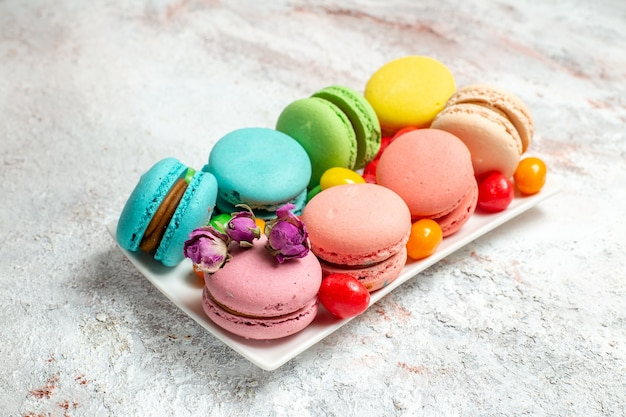 Vooraanzicht franse macarons heerlijke kleine cakes op witte ruimte