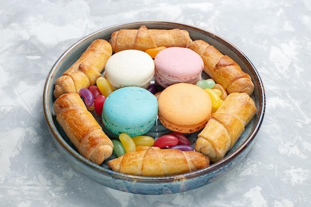 Vooraanzicht franse macarons met zoete bagels op wit