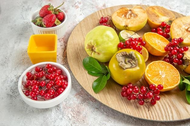 Vooraanzicht fruit samenstelling vers fruit op witte tafel fruit verse rijpe kleur