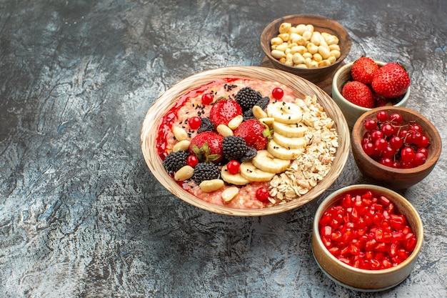 Vooraanzicht fruitige muesli met fruit en noten op lichte tafel fruit gezondheid granen