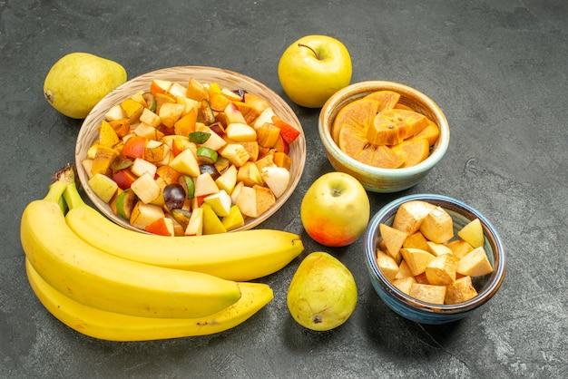 Vooraanzicht fruitige salade met vers fruit op grijs tafelboom vers fruit