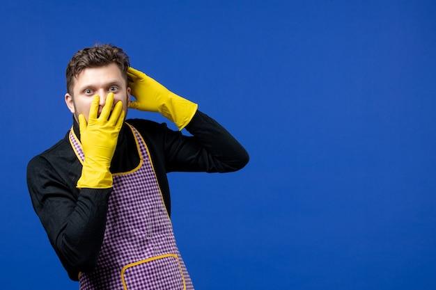 Vooraanzicht geagiteerde jonge man die hand op zijn gezicht legt
