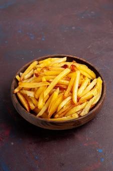 Vooraanzicht gebakken aardappelen smakelijke frietjes binnen plaat op donkere bureau eten maaltijd diner schotel ingrediënten aardappel