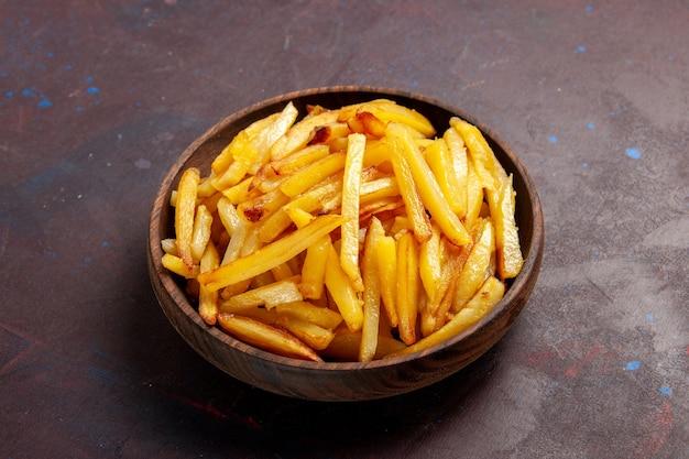 Vooraanzicht gebakken aardappelen smakelijke frietjes binnen plaat op donkere oppervlak voedsel maaltijd diner schotel ingrediënten aardappel