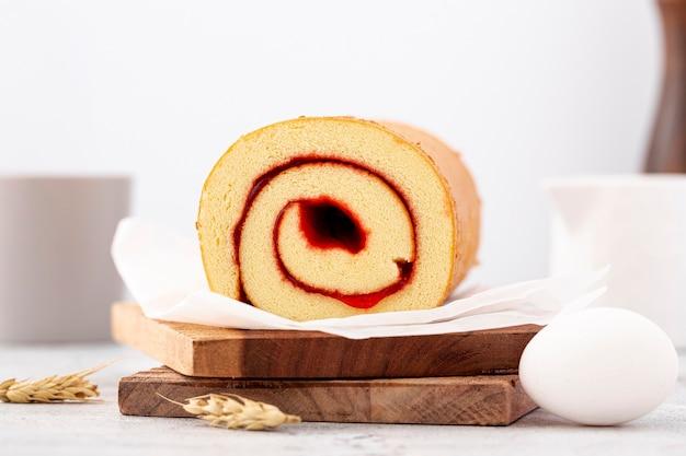 Vooraanzicht gebakken broodjes met jam en ei