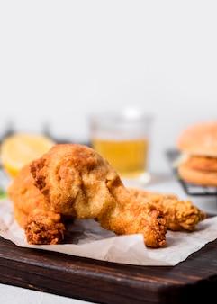 Vooraanzicht gebakken kip op snijplank