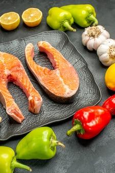 Vooraanzicht gebakken vlees plakjes met verse groenten op de donkere achtergrond rib kleur maaltijd schotel salade eten barbecue