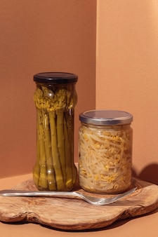 Vooraanzicht geconserveerd voedsel in potten met vork
