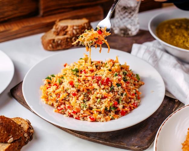 Vooraanzicht gehakte groenten rijst gekleurd op het lichte oppervlak