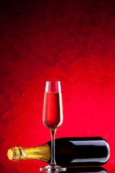 Vooraanzicht gekanteld wijnfles wijnglas