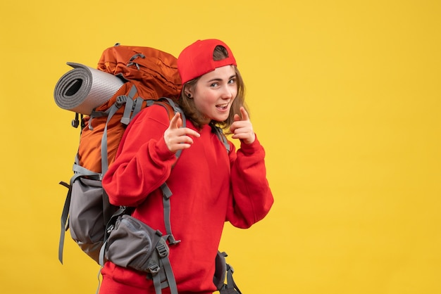 Vooraanzicht gekke jonge toerist met rugzak en rode dop