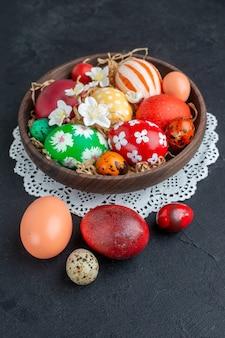 Vooraanzicht gekleurde ontworpen eieren binnen bruine plaat donkere achtergrond vakantie kleurrijke novruz sierlijke horizontale lente