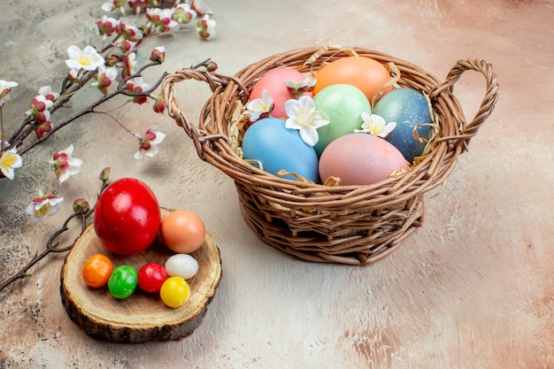 Vooraanzicht gekleurde paaseieren in mand op bruine achtergrond vakantie sierlijke horizontale lente pasen kleurrijk