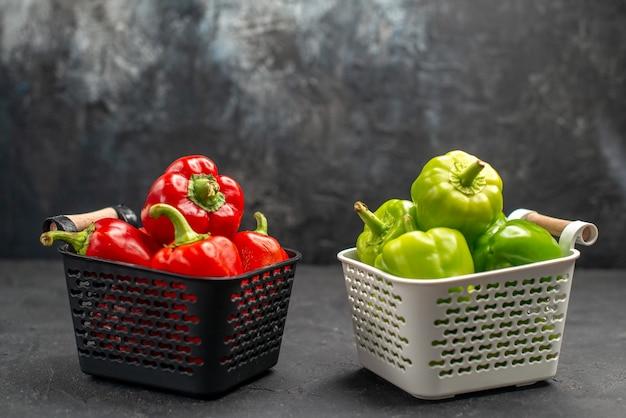 Vooraanzicht gekleurde paprika pittige groenten op donkere achtergrond hete kleurenfoto kruidensalade maaltijd