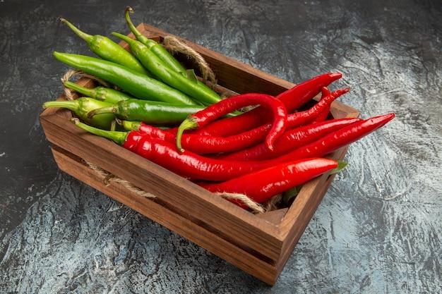Vooraanzicht gekleurde pittige paprika's in doos