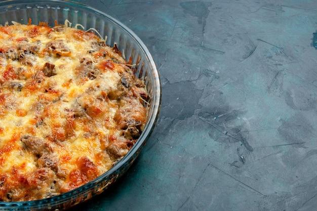 Vooraanzicht gekookt vleesmaaltijd met groenten en gesneden vlees samen met kaas op donkerblauw bureau eten vleesmaaltijd gerecht diner oven bakken