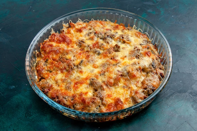 Vooraanzicht gekookt vleesmaaltijd met groenten en gesneden vlees samen met kaas op donkerblauw bureauvoedsel vleesmaaltijd gerecht diner oven bakken