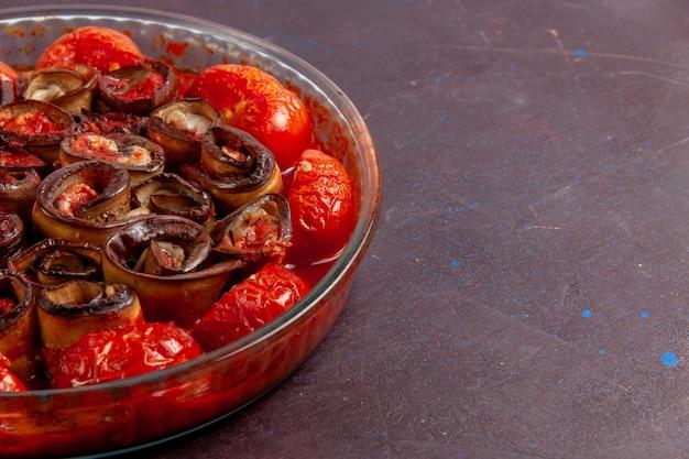 Vooraanzicht gekookte groentemeeltomaten en aubergines op het donkere oppervlak