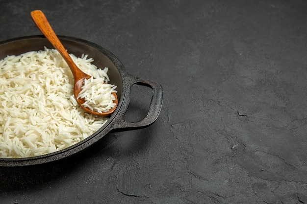Vooraanzicht gekookte rijst in pan op donkergrijs oppervlak maaltijd eten rijst oosters diner
