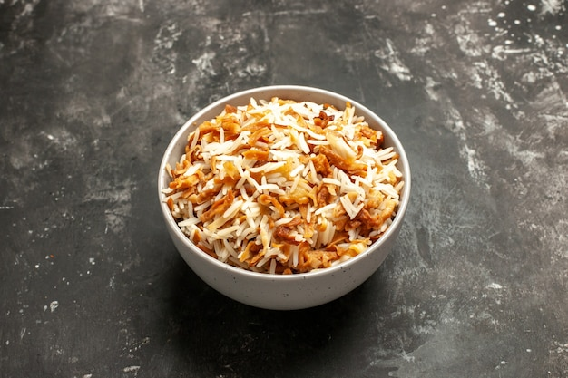 Vooraanzicht gekookte rijst in plaat op donker oppervlak schotel oost-maaltijd eten donker