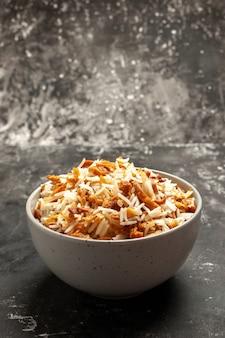 Vooraanzicht gekookte rijst in plaat op een donkere schotel van de oppervlaktemaaltijd het oostenvoedsel