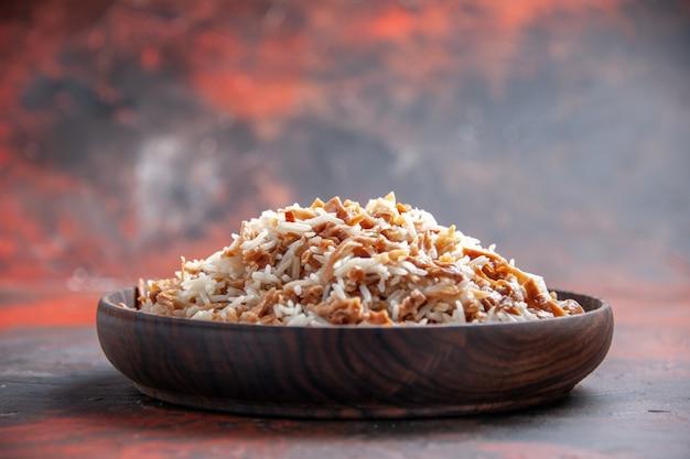 Vooraanzicht gekookte rijst met deegplakken op de donkere foto van het de maaltijdmaaltijd van de oppervlakteschotel