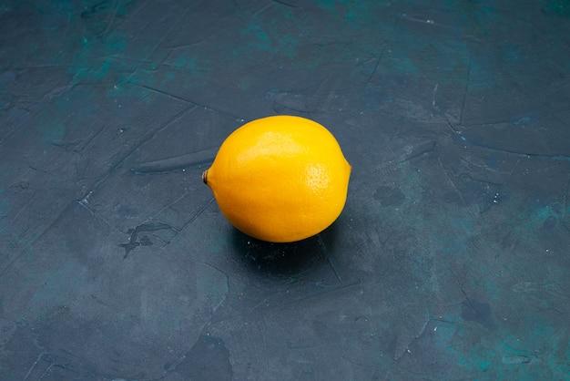 Vooraanzicht gele citroen op donker