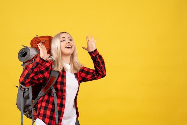 Vooraanzicht gelukkig blond meisje met haar rugzak