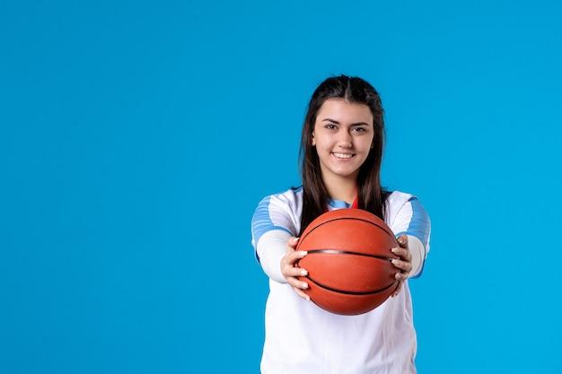 Vooraanzicht gelukkig jong vrouwelijk bedrijfsbasketbal