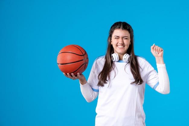 Vooraanzicht gelukkig jong wijfje met basketbal