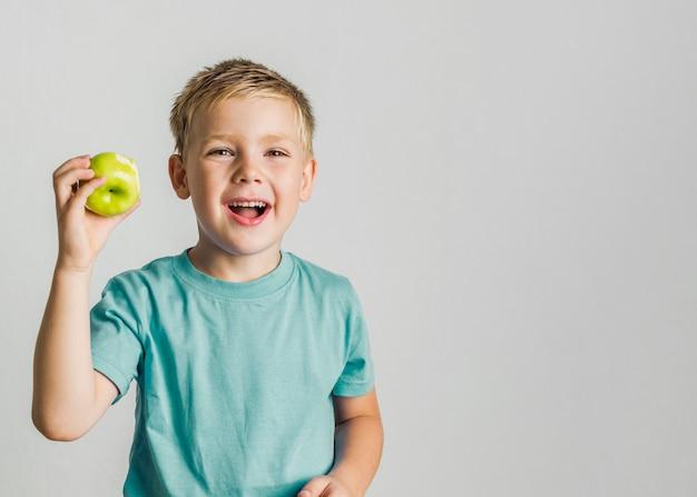 Vooraanzicht gelukkig kind met een appel