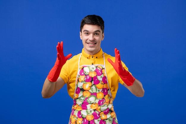 Vooraanzicht gelukkige huishoudster man in schort