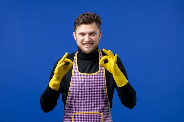 Vooraanzicht gelukkige jonge man die okey-borden maakt