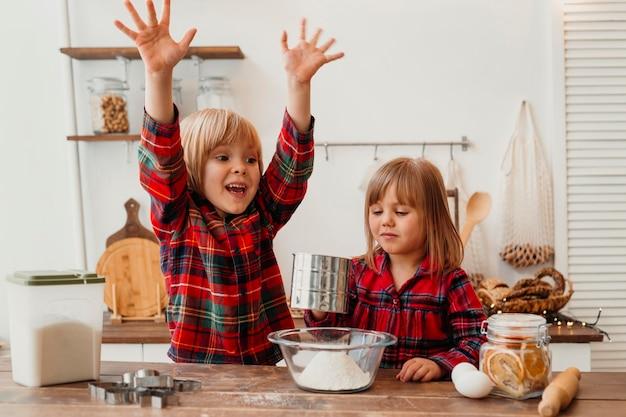Vooraanzicht gelukkige kinderen koken