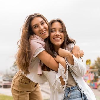 Vooraanzicht gelukkige vrienden knuffelen
