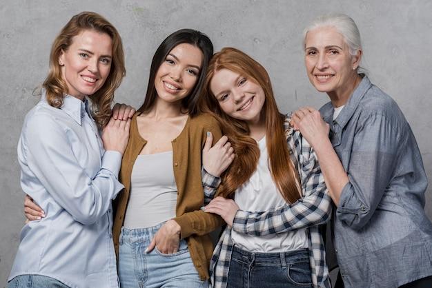 Vooraanzicht gemeenschap van vrouwen glimlachen