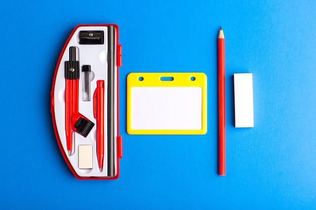 Vooraanzicht geometrische figuren met potlood op het blauwe oppervlak