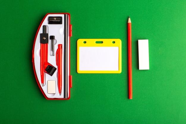 Vooraanzicht geometrische figuren met potlood op het groene oppervlak